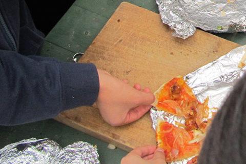 ひみつ基地で、熱々のピザをほおばる